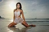 ビキニのビーチの美しさで日の出(XXXL