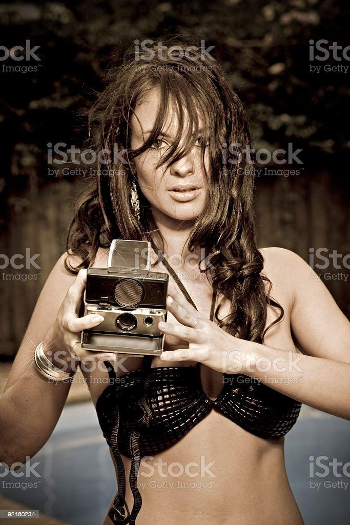 Bikini-model holding alten polaroid-Kamera Lizenzfreies stock-foto