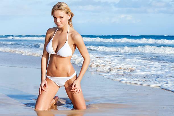 biquini modelo posando en la playa en hawái - piernas abiertas mujer fotografías e imágenes de stock