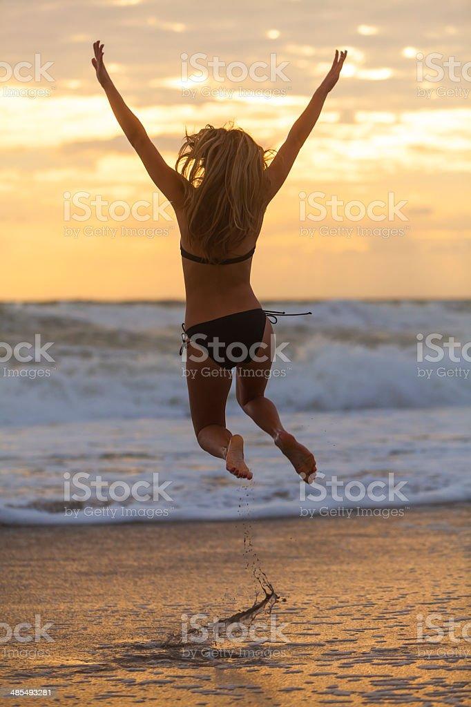 Mujer En Puesta El Desde Chica Del Amanecer La Sol Bikini Salto rCQdthxs