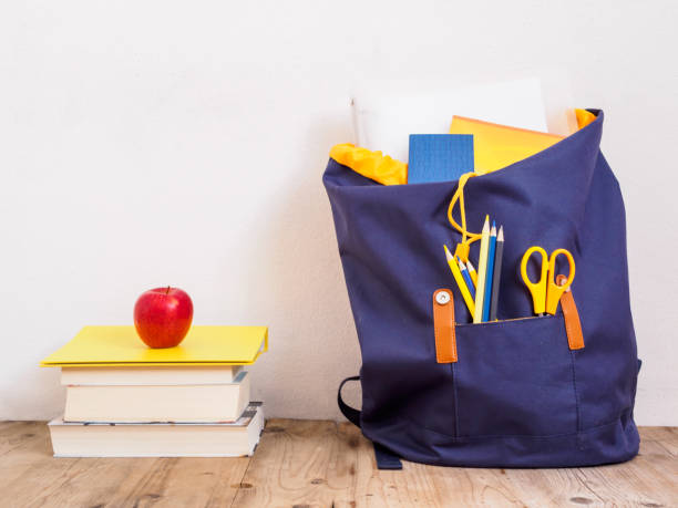 bildung, wissen, schule - cartella scolastica foto e immagini stock