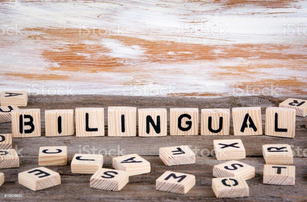 Bilingual von hölzernen Letterson auf hölzernen Hintergrund – Foto