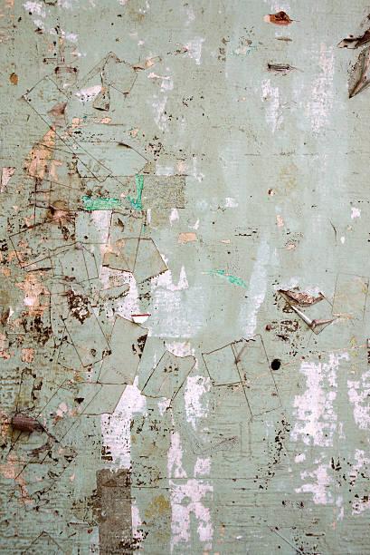 plakat hintergrund mit alten zerrissenes poster - tupfen wände stock-fotos und bilder