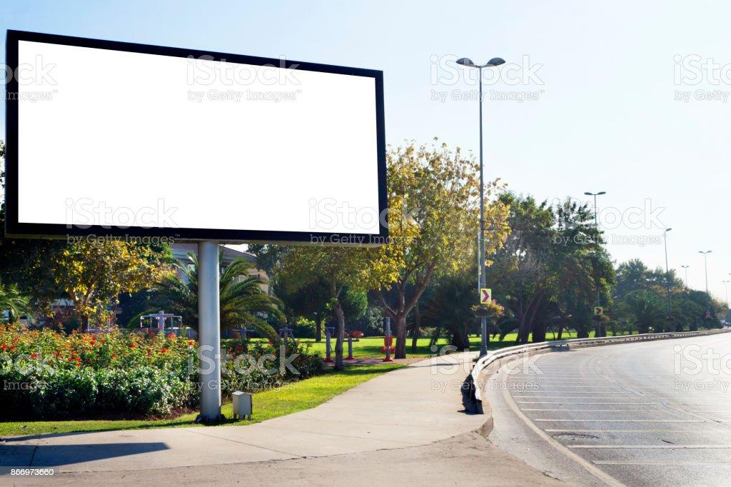 Plakat in der Nähe der Straße – Foto