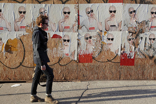 Billboard New York Lady Gaga Supreme Marke fly Poster und Fußgänger – Foto