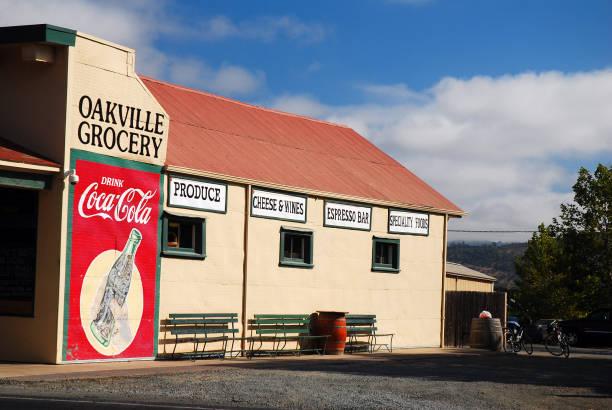Billboard an der Seite eines Lebensmittelgeschäfts – Foto