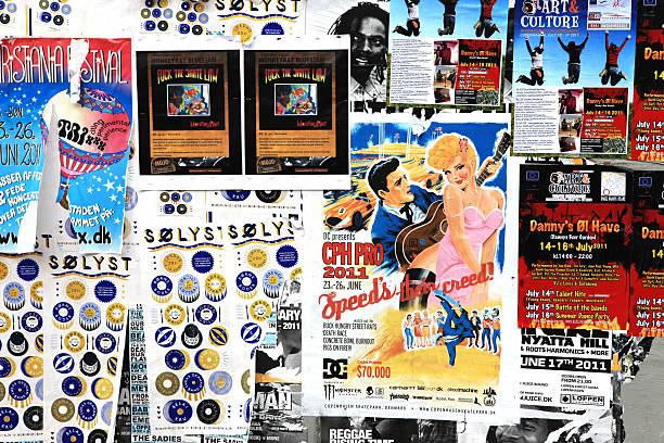 Panneau d'affichage avec des affiches la publicité pour la culture, de la musique et de l'art - Photo
