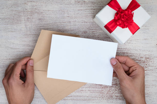 billet-doux, einen liebesbrief in einem umschlag schicken - verlobungsfeier einladungen stock-fotos und bilder