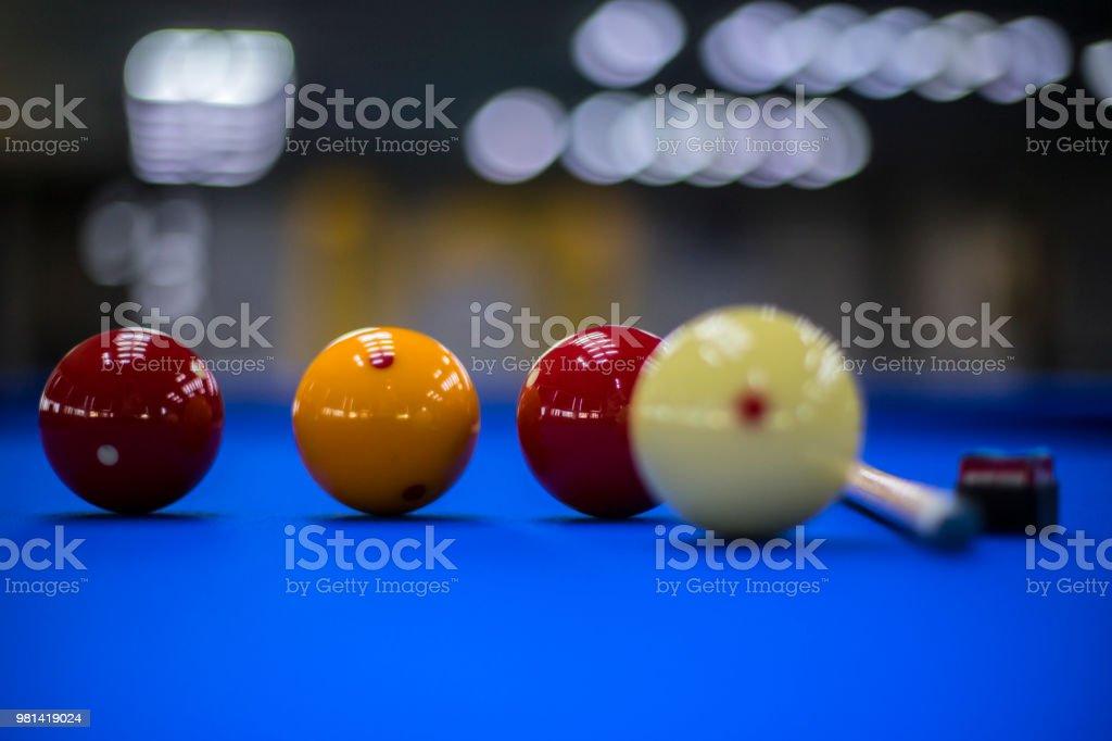 Billiard balls, cue and chalk in a blue pool table - fotografia de stock