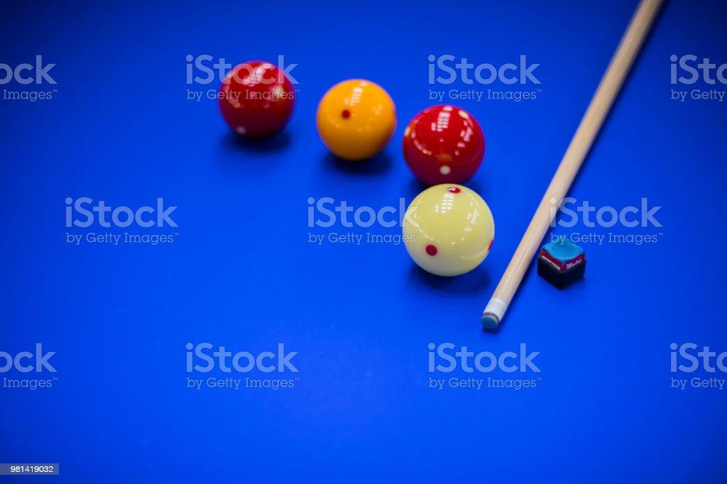 당구 공, 큐 및 분필 블루 풀 테이블 스톡 사진