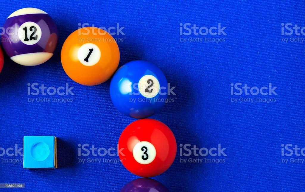 Bolas de Bilhar com um azul piscina tabela. - fotografia de stock