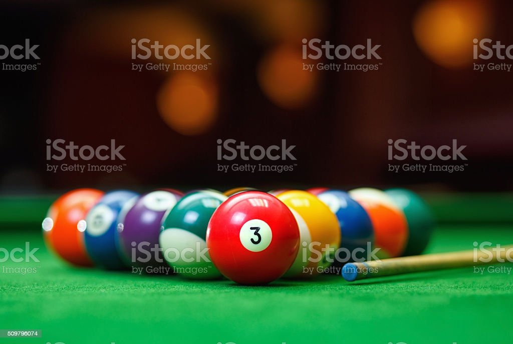 Boules de billard dans un green table de billard - Photo