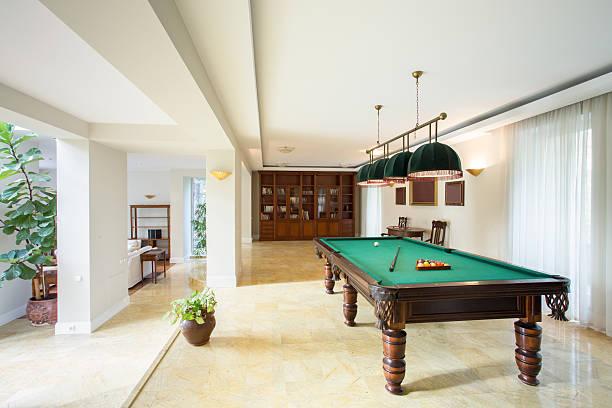 billardtisch im wohnzimmer - moderner dekor für ferienhaus stock-fotos und bilder