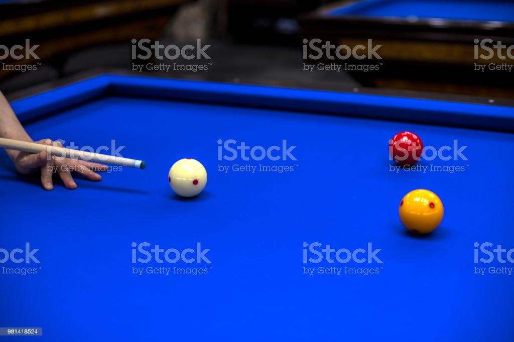 당구, 당구 테이블입니다. 영향에 대 한 공에 큐를 대상으로 스톡 사진