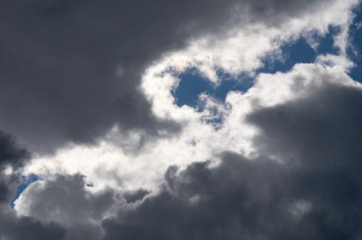滾滾灰色的白雲與藍天暴風雨 照片檔及更多 不吉利的 照片