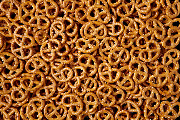 bin filled with small, salty pretzels - 椒鹽蝴蝶圈 個照片及圖片檔