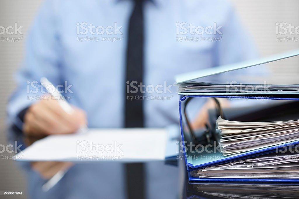binders están esperando ser procesados nuevamente en desaparecer - foto de stock