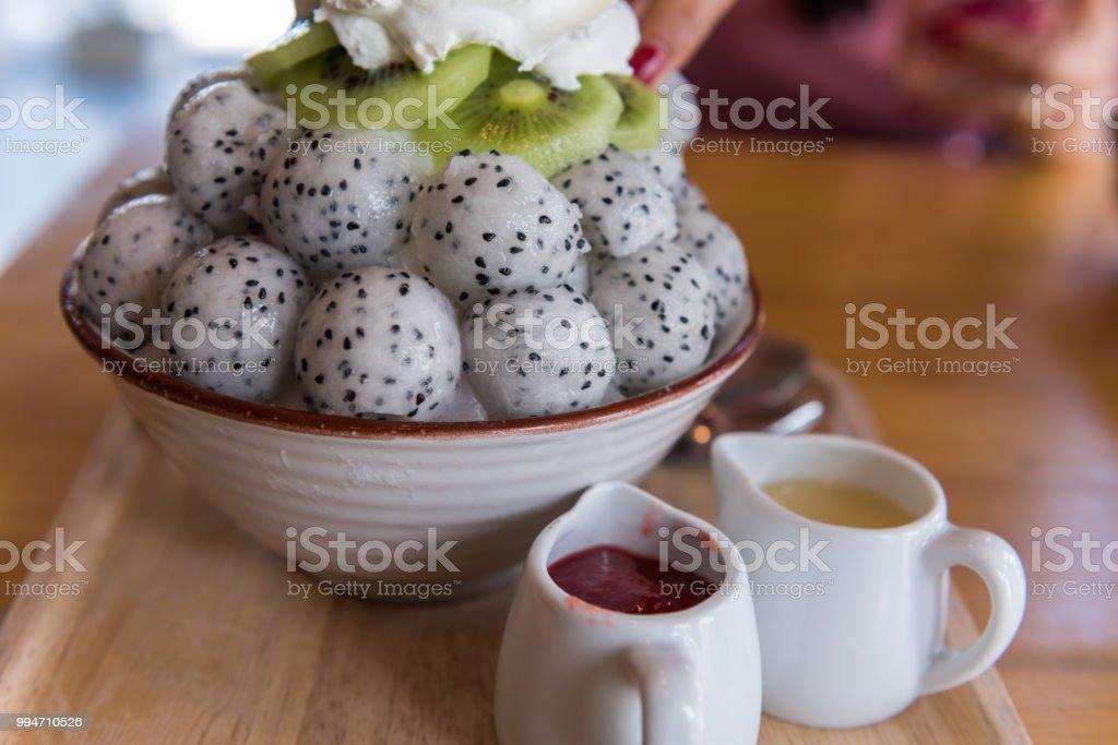 Bingsu 드래곤 과일, 키 위 나무 테이블에 스톡 사진
