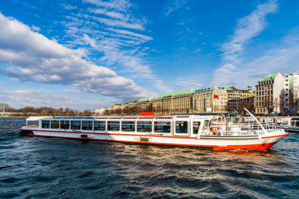 binnenalster lake met toeristische-cruise-boten op de jungfernstieg pier in hamburg - rondvaartboot stockfoto's en -beelden