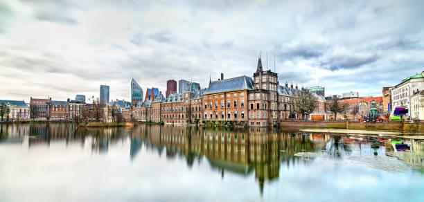 binnenhof paleis aan het hofvijver meer in den haag, nederland - den haag stockfoto's en -beelden