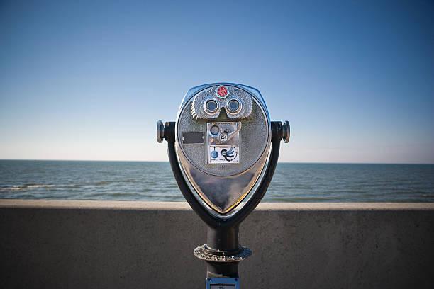 Binoculares por el agua - foto de stock