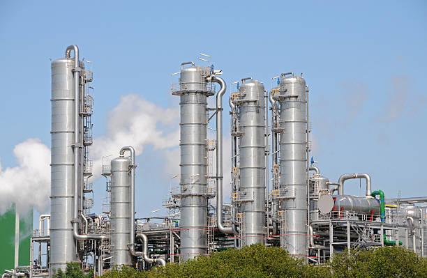 bio-ethanol pflanze 2 - destillationsturm stock-fotos und bilder