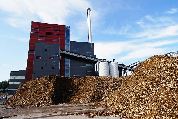 bio-Kraftwerk vor blauem Himmel – Foto