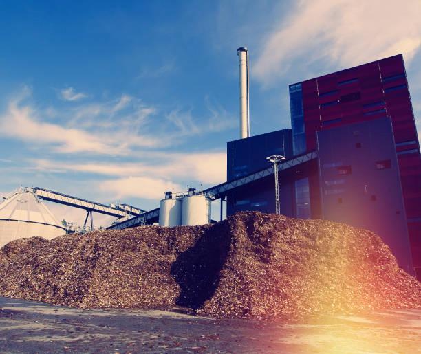 Bio-Kraftwerk mit Lagerung von Holz Treibstoff gegen blauen Himmel – Foto