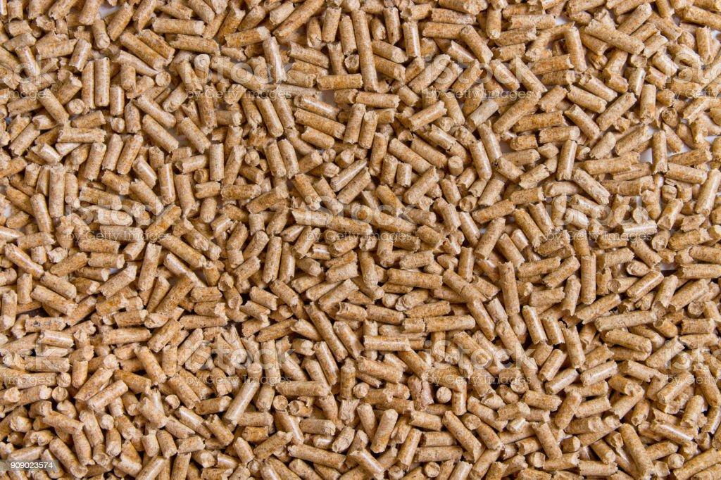 Biocombustíveis. Biocombustível alternativo de serragem. Fundo de pellets de madeira. A maca de gato. - foto de acervo