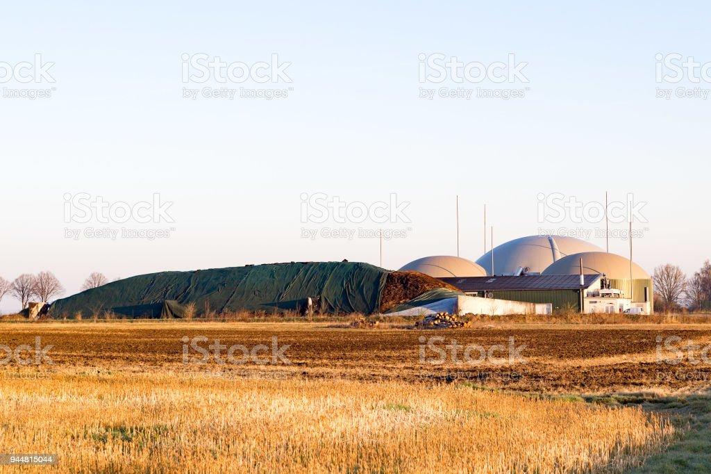 Biogasanlage für erneuerbare Energie bei Sonnenaufgang stock photo
