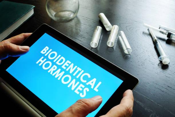 bioidentical hormoner. läkaren håller tablett med skylt. - hormon bildbanksfoton och bilder