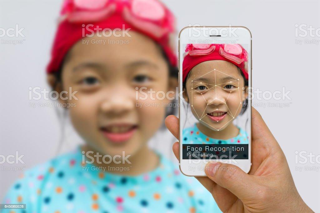 Verificación biométrica, concepto de tecnología de reconocimiento facial, uso de la aplicación en smartphone foto de stock libre de derechos