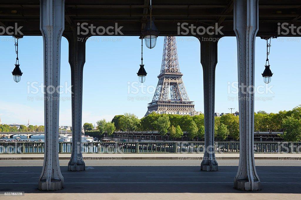 Pont de Bir Hakeim et la Tour Eiffel à Paris, l'été - Photo