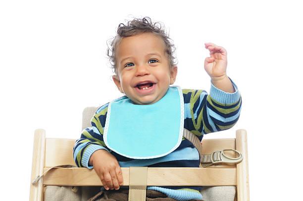 Biracial Baby mit seiner Aufregung vor einer Mahlzeit – Foto