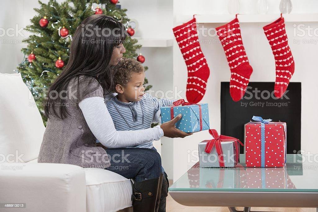 Regali Di Natale Per Bambini 2 Anni.Biracial Bambino E Sua Madreassistente Confezione Regali Di Natale