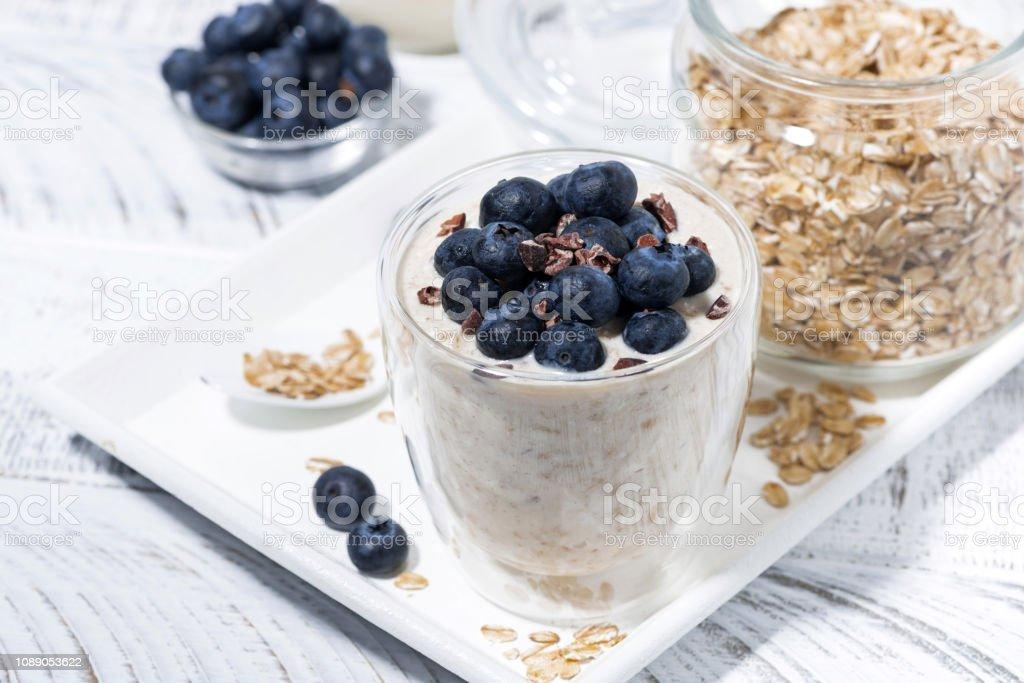 muesli Bircher avec bleuets frais sur tableau blanc - Photo