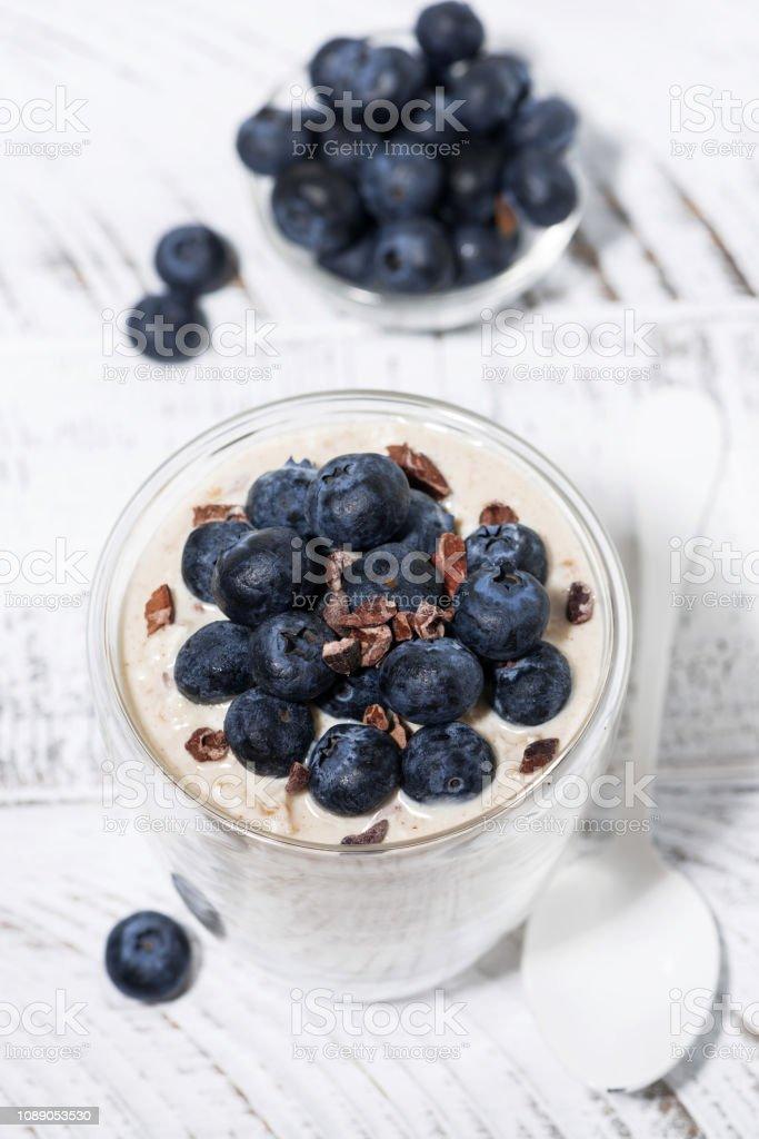muesli Bircher avec bleuets frais sur tableau blanc, vue de dessus - Photo