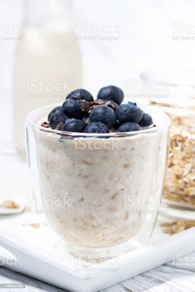 muesli Bircher avec bleuets frais sur tableau blanc, gros plan vertical - Photo