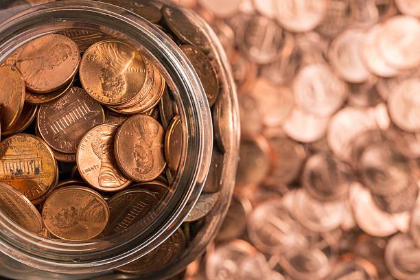 birds eye view of penny jar overflowing - 硬幣 個照片及圖片檔