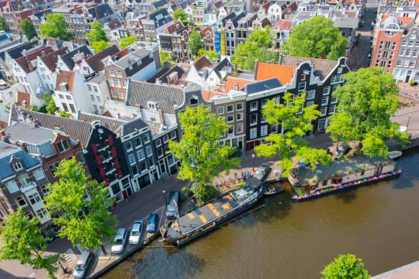 vogelperspectief uitzicht over de prinsengracht in amsterdam voorjaar met de beroemde grachten - westerkerk stockfoto's en -beelden