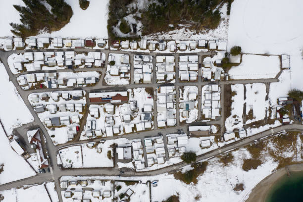 Vogelperspektive auf kleinen Campingplatz im Winter mit Schnee – Foto
