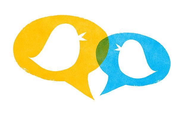 uccelli con il giallo e il blu discorso bolle - messaggistica online foto e immagini stock