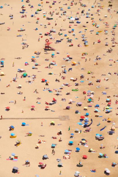 Aus der Vogelperspektive an Nazare Sandstrand Riviera auf der Küste des Atlantischen Ozeans – Foto