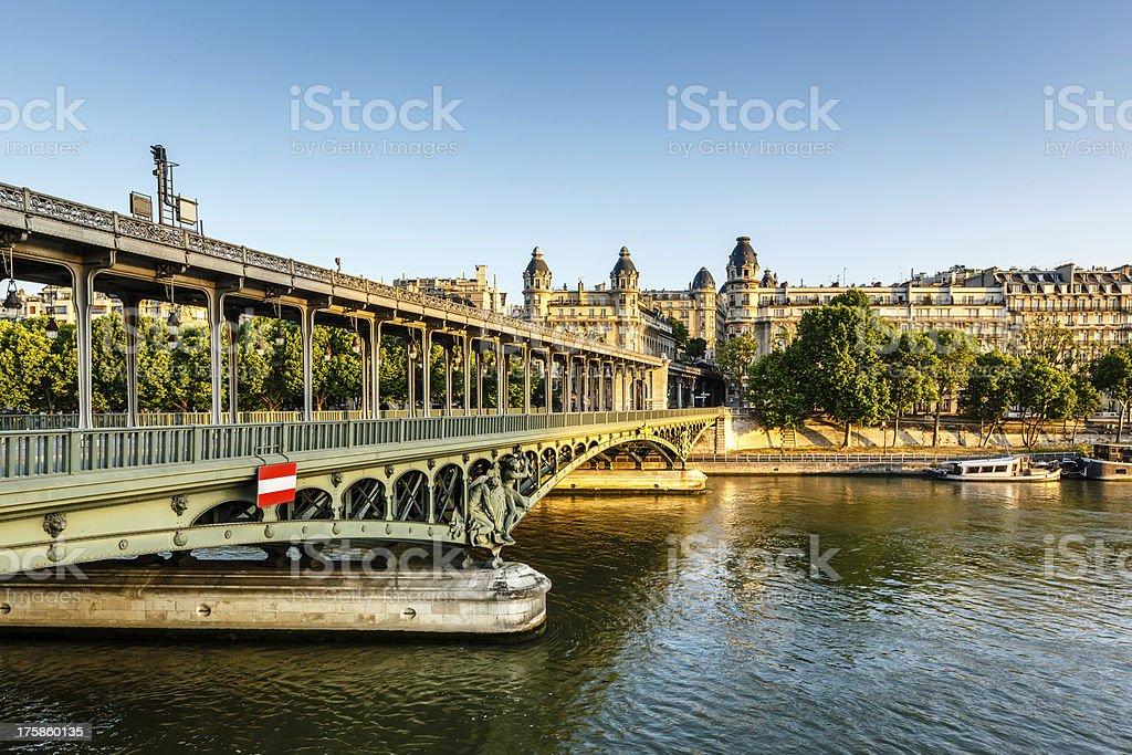 Pont de Bir-Hakeim et Seine à Paris, le matin, - Photo