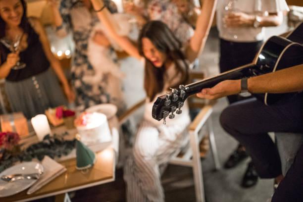 geburtstag-party-spaß - gitarren geburtstagstorten stock-fotos und bilder