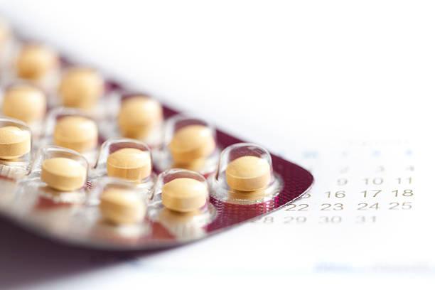 Birth control Tabletten Makro mit Kalender – Foto