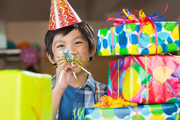 geburtstag jungen - jugendliche geburtstag geschenke stock-fotos und bilder