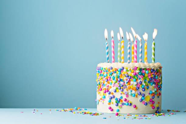 pastel de cumpleaños decorado con chispas de colores y diez velas - cumpleaños fotografías e imágenes de stock