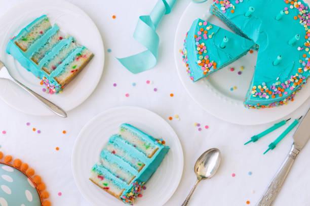 doğum günü pastası yukarıdan - pasta stok fotoğraflar ve resimler