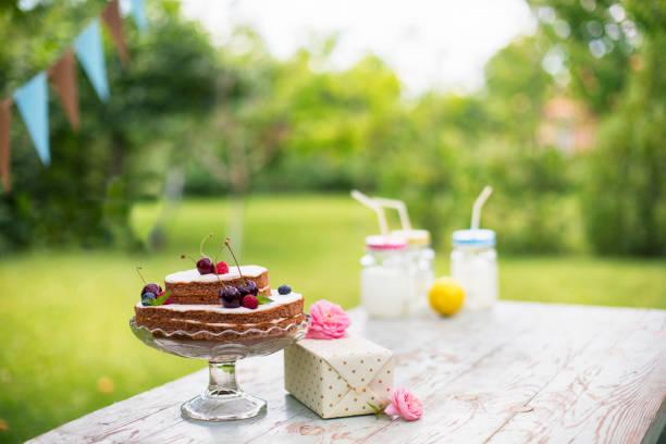 geburtstagskuchen - sommertorten stock-fotos und bilder